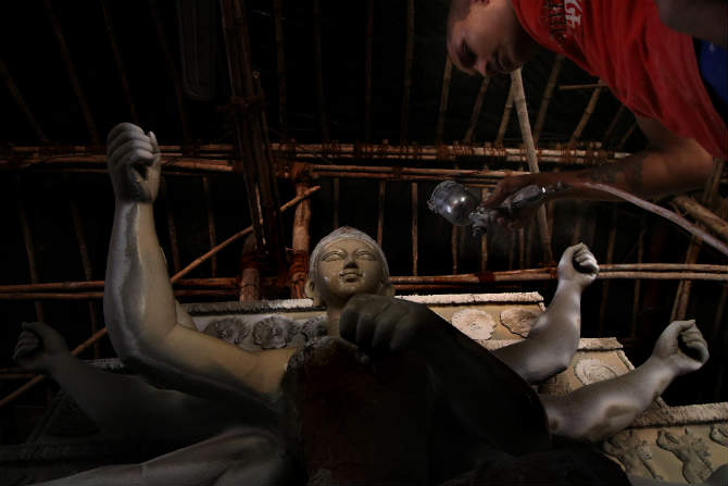 सध्या दुर्गापुजा जवळ येऊन ठेपल्यामुळे अनेक मुर्तिकार दुर्गा देवीची मुर्ती घडविण्यात व्यस्त असल्याचं दिसून येत आहे. (छायाचित्रकार - अमित चक्रवर्ती)