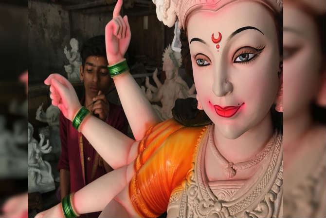 सध्या मुंबईसह अवघ्या देशाला नवरात्रोत्सवाचे वेध लागले आहेत. मुंबईमध्ये स्थायिक असलेले बंगाली बांधवही मोठ्या उत्साहात हा दिवस साजरा करतात.  (छायाचित्रकार -प्रदीप दास)