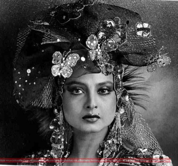 बॉलिवूडमधील आरसपानी सौंदर्य म्हणजे अभिनेत्री रेखा. सौंदर्य नेमकं काय असतं हे रेखा यांच्याकडे पाहिल्यावर समजतं.