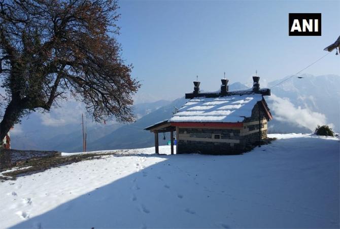 हिमाचल प्रदेशमधील बिजली माधव मंदिर परिसरातील बर्फ