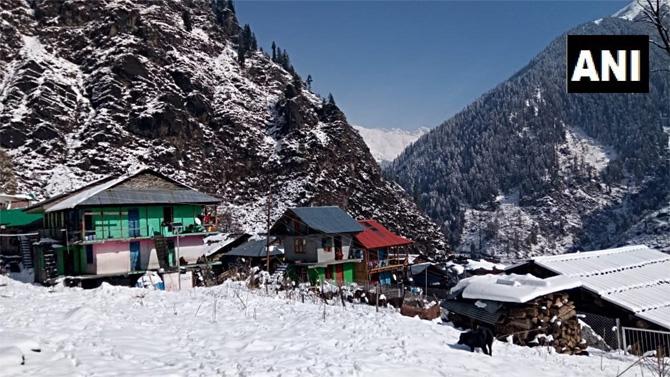 कुलू जिल्ह्यातील मलाना गावात पसरली बर्फाची चादर