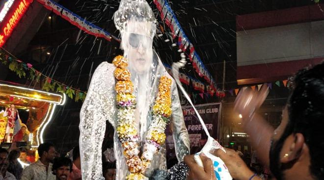 'थलैवा' रजनीकांत आणि अक्षय कुमार यांची मुख्य भूमिका असलेला बहुचर्चित '2.0' हा चित्रपट प्रदर्शित झाला आहे. रजनीकांत यांच्या कोणत्याही चित्रपटाचे प्रदर्शन हे चाहत्यांसाठी एका उत्सवाप्रमाणेच आहे.
