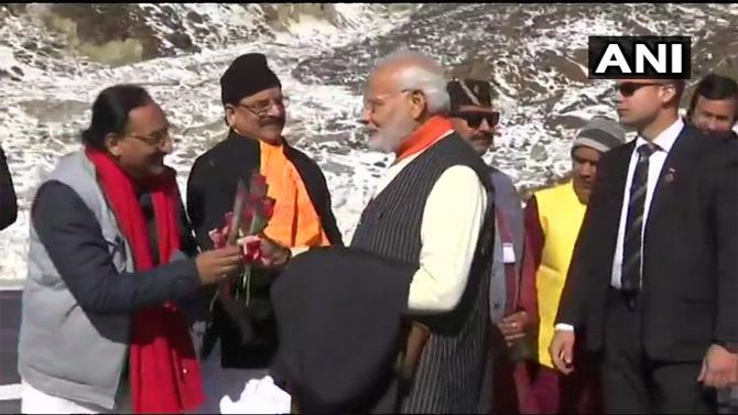स्थानिक नेत्यांनी पंतप्रधानांचे स्वागत केले