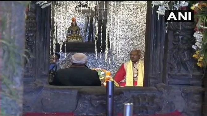 काही काळ मोदी मंदिरात ध्यानस्थ बसले होते