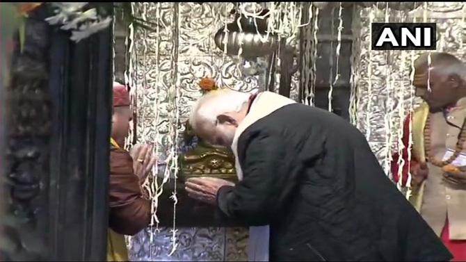 पंतप्रधान नरेंद्र मोदींनी आज दिवाळीनिमित्त केदारनाथ मंदिराला भेट दिली. आज सकाळी उत्तराखंडमधील केदारनाथ येथे मोदी हॅलिकॉप्टरने पोहचले. मोदींनी केदारनाथ मंदिरात जाऊन केदारनाथचे दर्शन घेतले. मोदींनी केदारनाथाची पूजाही केली. अवघ्या काही तासांमध्ये मोदी पुढील दौऱ्यासाठी रवाना झाले. मोदींच्या या केदारनाथ भेटीवर फोटोंच्या माध्यमातून टाकलेली नजर (सर्व फोटो: एएनआय)