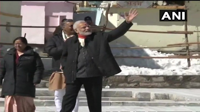 मंदिराबाहेर आल्यानंतर भाविकांना अभिवादन करताना पंतप्रधान मोदी