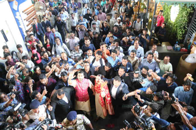दीप-वीरला शुभेच्छा देण्यासाठी चाहत्यांची गर्दी (छायाचित्र - अमित चक्रवर्ती)