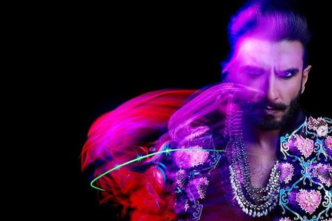 फॅशन डिझायनर मनिष अरोरा यांनी रणवीरच्या पार्टीसाठी कपडे डिझाइन केले होते.