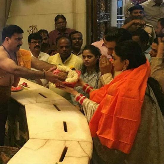 डेस्टिनेशन वेडिंग केल्यानंतर या जोडीने बेंगळुरु आणि मुंबईमध्ये रिसेप्शन पार्टीचं आयोजन केलं होतं. या पार्टीनंतर दीप-वीर गणपती बाप्पांचे आशीर्वाद घेण्यासाठी मुंबईतील सिद्धिविनायक मंदिरात पोहोचले.