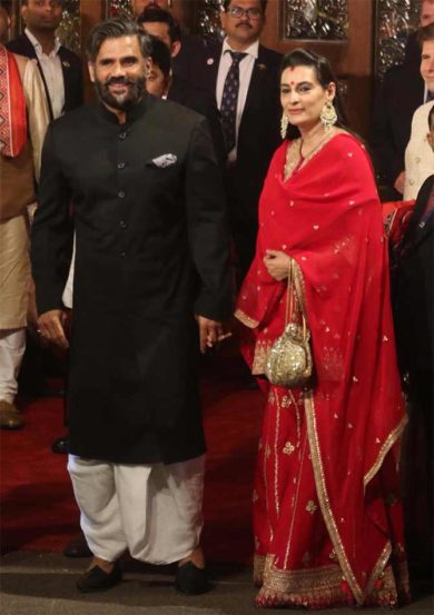 सुनील शेट्टी पत्नीसमवेत इशा आणि आनंदच्या लग्नाला आला होता. (छाया : निर्मल हरिंद्रन)