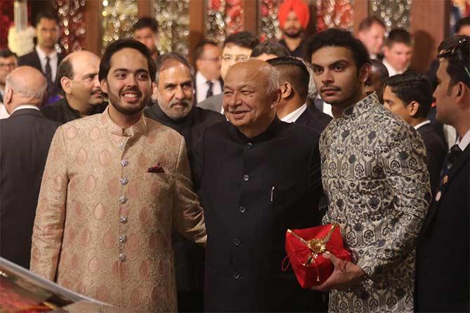 ज्येष्ट नेते सुशील कुमार शिंदेदेखील या विवाहसोहळ्यासाठी वधू वराला आशीर्वाद देण्यासाठी आले होते. (छाया : निर्मल हरिंद्रन)