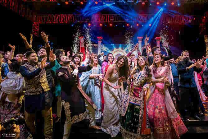 हिंदू पद्धतीने साजऱ्या झालेल्या विवाह सोहळ्याआधी झालेल्या संगीत कार्यक्रमात या दोघांचे हटके अंदाज पाहायला मिळाले.