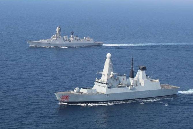 गोव्याच्या किनारपट्टीजवळ भारताची आयएनएस कोलकाता आणि ब्रिटीश नौदल म्हणजेच रॉयल नेव्हीमधील एचएमएस ड्रॅगन या युद्धनौका सराव करताना.
