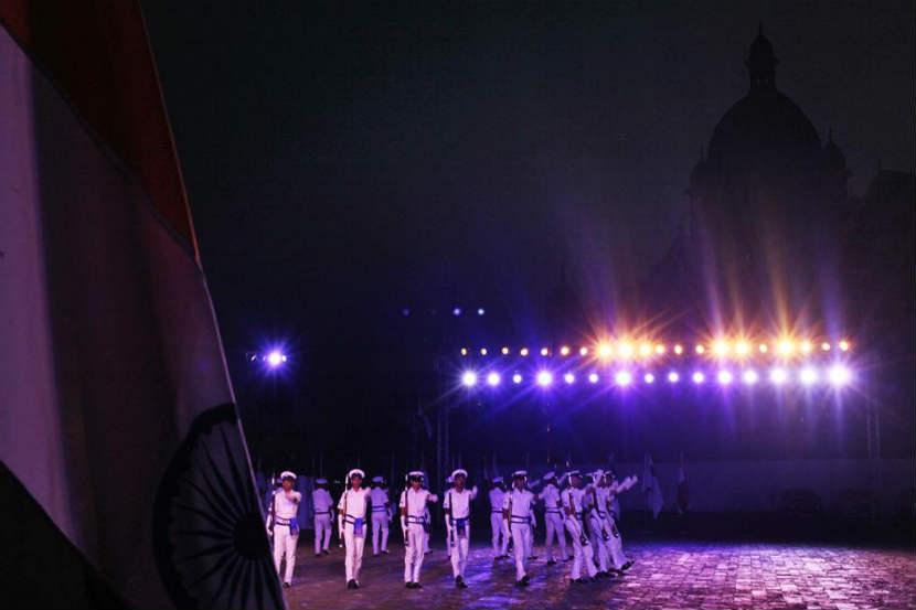 Navy Day : नौदल दिनानिमित्त मुंबईत भारतीय नौदलाकडून विविध कार्यक्रमांचे आयोजन करण्यात आले होते. दरम्यान, मुंबईतील गेट वे ऑफ इंडियाच्या परिसरात आयोजित विशेष कार्यक्रमात जवानांनी परेड आणि चित्तथरारक कसरती सादर केल्या.