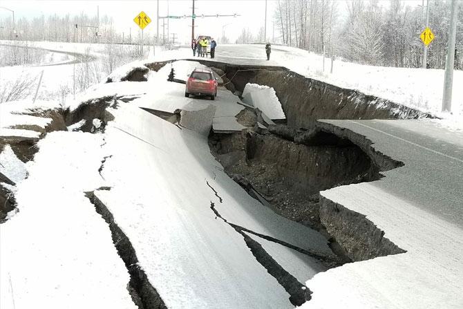तुटलेल्या रस्त्यांवर अडकलेल्या गाड्या अनेक फोटोंमध्ये दिसत आहेत