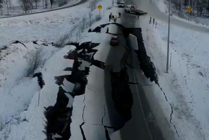 आपत्कालीन सेवा परवणाऱ्यांनाही रस्त्यावर भेगा पडल्याने मदतकार्यात अडथळे निर्माण झाले.