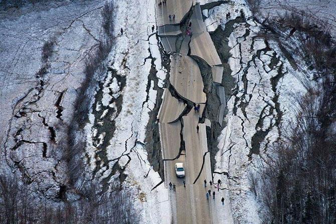हा ड्रोनने टिपलेला फोटो आहे अलास्का येथे झालेल्या भूकंपानंतरचा. अमेरिकेतील अलास्काच्या दक्षिणेकडे असणाऱ्या केनाई उपद्वीप परिसर १ डिसेंबर रोजी झालेल्या ७ रिश्टर स्केल तीव्रतेच्या भूकंपाने हादरला. या भूकंपामुळे रस्त्यांचे मोठे नुकसान झाले आहे. भूकंपाचं केंद्र एंकोरेज या शहराच्या उत्तरेला ७ मैलावर होते. भूकंपाचा फटका हजारो नागरिकांना बसला आहे. या भूकंपानंतर भूकंपाचे केंद्र बिंदू असणाऱ्या एंकोरेज शहराच्या सभोवतालच्या परिसरातील इमारती, पूल कोसळले. रस्त्यांनाही मोठ्या प्रमाणात तडे गेले आहेत. या भूकंपाची तीव्रता इतकी होती की, सुमारे ४० वेळा कंपनं जाणवली. या भूकंपानंतरच्या नुकसानाचे फोटो अनेकांनी ट्विटवरून शेअर केले आहेत. या पैकी अनेक फोटो हे एखाद्या अॅक्शन मुव्हीमधील दृष्यांसारखे वाटत असल्याचे नेटकऱ्यांचे म्हणणे आहे.