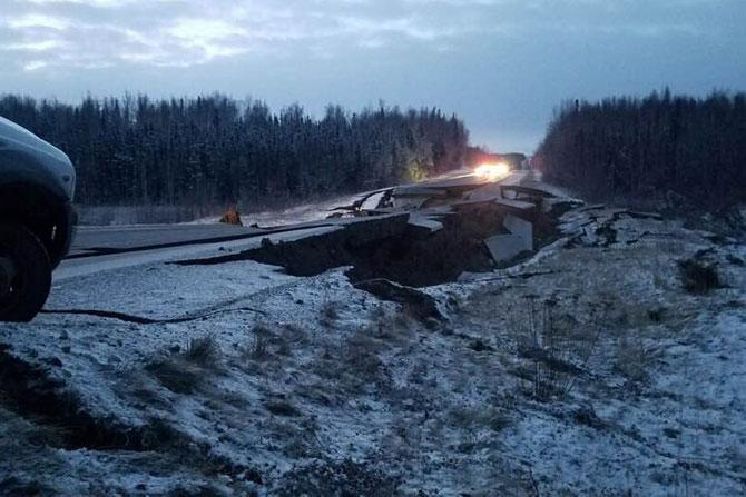 भूकंपाची तिव्रता इतकी होती की चढ उतार असणाऱ्या रस्त्यांवर मोठ्या भेगा पडल्या