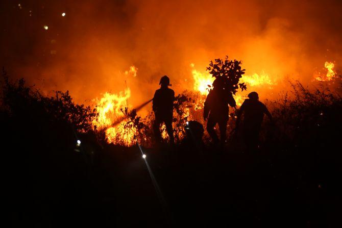 गोरेगाव येथील आरे कॉलनीत लागलेली भीषण आग तब्बल पाच तासांनी आटोक्यात आणण्यात आली (Express Photo: Dilip Kagda)