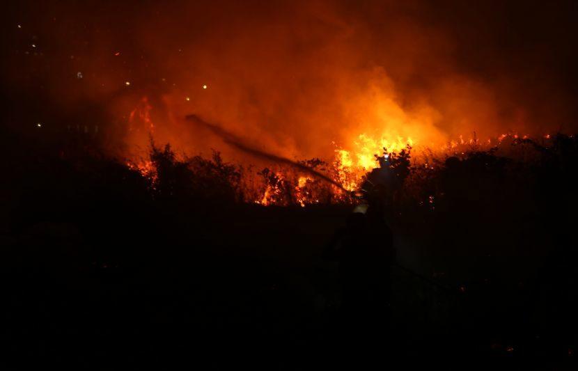 आग लागली त्या ठिकाणी मेट्रोचं आणि इतर विकासकामं सुरु आहेत. त्यामुळे ही आग लागली की लावण्यात आली असा संशय व्यक्त केला जात आहे. (Express Photo: Dilip Kagda)