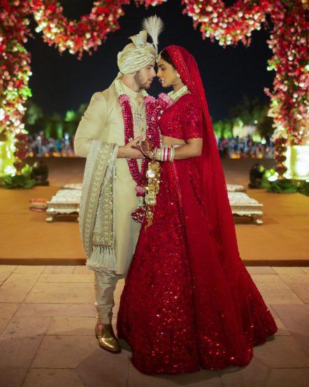 बॉलिवूड अभिनेत्री प्रियांका चोप्रा आणि अमेरिकन गायक निक जोनास नुकतेच विवाहबंधनात अडकले. राजस्थानमध्ये पार पडलेल्या या स्वप्नवत लग्नसोहळ्याचे फोटो समोर आले आहेत.