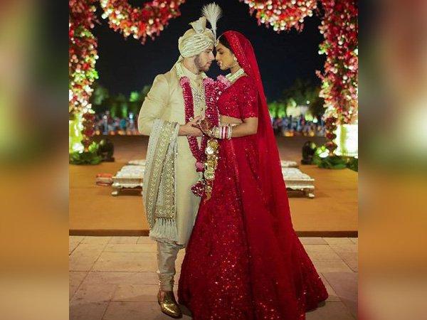 हिंदू पद्धतीने लग्नसोहळ्यासाठी फॅशन डिझायनर अबु जानी आणि संदीप खोसला यांनी प्रियांकासाठी लेहंगा डिझाइन केला आहे.