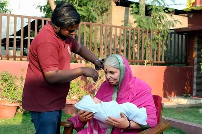पुतळा सोलापूर येथील शिल्पकार सागर रामपूरे यांनी 'अनाथांची माय' अशी ओळख असणाऱ्या सिंधुताई सपकाळ यांचे शिल्प साकारले आहे. सध्या सिंधुताईंच्या या शिल्पाचे फोटो सोशल नेटवर्किंगवर चांगलेच व्हायरल होत आहे. पाहुयातच हेच व्हायरल होणारे फोटो. (फोटो सौजन्य: Sagar Rampure Designs फेसबुकपेजवरून)