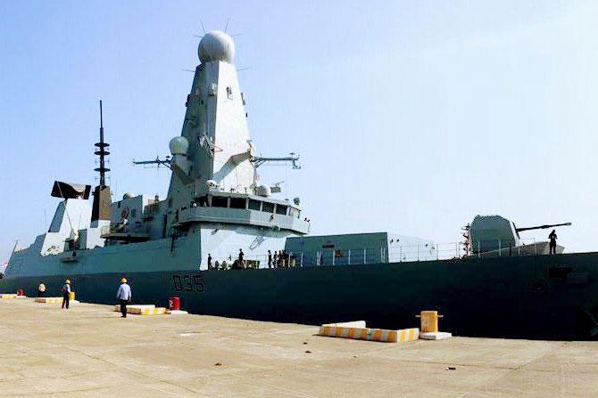 नोव्हेंबरच्या शेवटच्या आठवड्यातच अनेक ब्रिटीश युद्धनौका गोवा तसेच कोकणातील समुद्रकिनाऱ्यांवर यासाठी दाखल झाल्या. हा फोटो आहे ब्रिटीश नौदलातील एचएमएस ड्रॅगन या युद्धनौकेचा ही युद्धनौका २९ नोव्हेंबर रोजी गोव्यातील समुद्रकिनाऱ्यावर पोहचली.