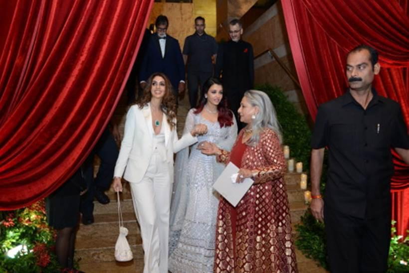 यावेळी बिग बींसोबत पत्नी जया बच्चन, सून ऐश्वर्या राय-बच्चन आणि मुलगी श्वेता नंदा पार्टीत सहभागी झाल्या होत्या.