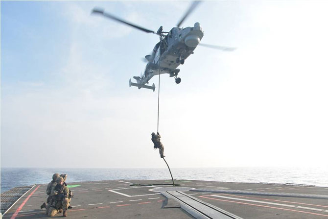 या युद्ध सरावादरम्यान हॅलिकॉप्टरमधून युद्धनौकेवर उतरण्याचा सरावही करण्यात आला
