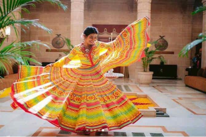 लग्नाच्या आनंद प्रियांक चोप्रा नृत्य करताना