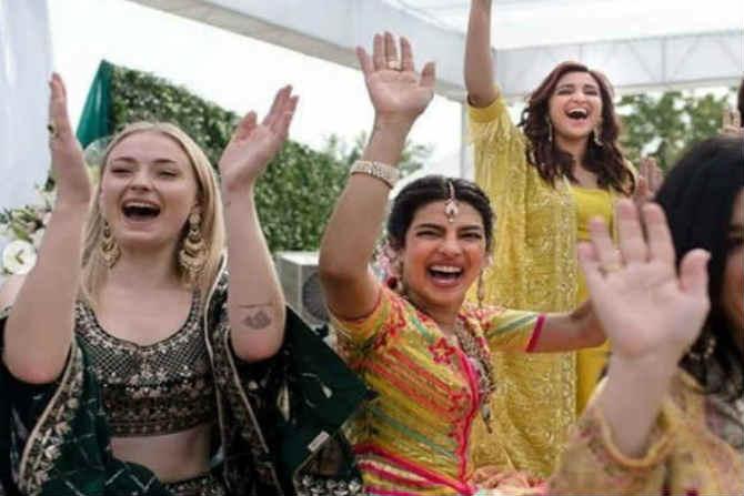 लग्नाला आलेल्या पाहुणे मंडळीसोबत आनंदात रमलेली प्रियांक चोप्रा