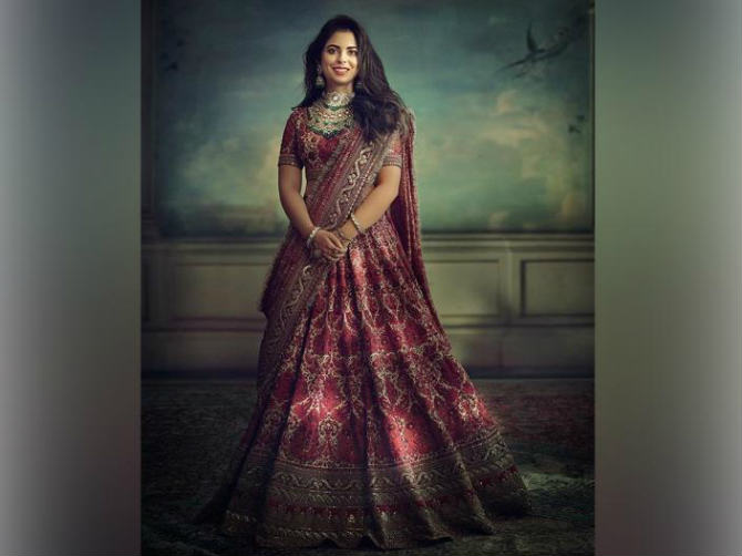 ईशा अंबानी लग्नात प्रसिद्ध फॅशन डिझायनर सब्यासाचीने डिझाइन केलेले कपडे परिधान करणार आहे.