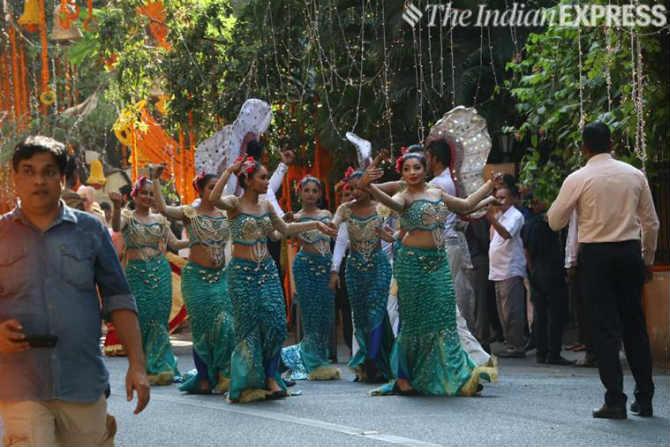 वरपक्षाच्या स्वागतासाठी विविध प्रकारच्या डान्स पथकांचं आयोजन करण्यात आलं होतं.