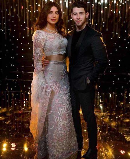 बॉलिवूडची अभिनेत्री प्रियांका चोप्रा आणि अमेरिकन गायक निक जोनास हे दोघंही या महिन्याच्या सुरूवातीला विवाहबंधनात अडकले. या दोघांनीही बॉलिवूडसाठी खास रिसेप्शन पार्टीचं आयोजन केलं होतं.