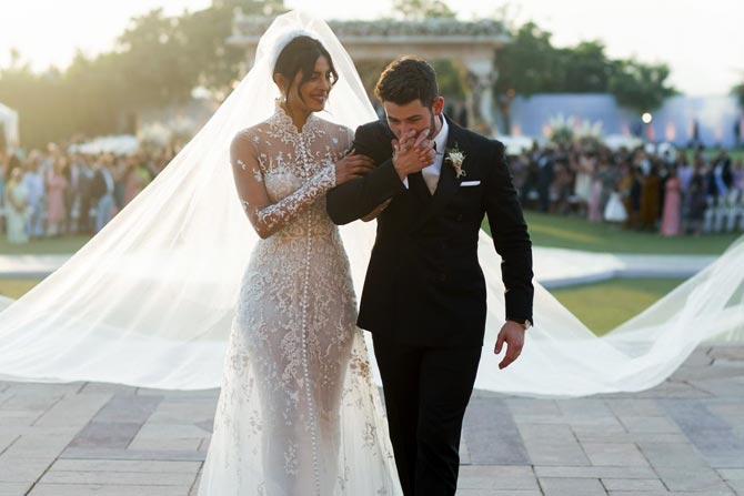 शनिवारी, १ डिसेंबर रोजी हे दोघे ख्रिश्चन पद्धतीने विवाहबंधनात अडकले. यासाठी प्रसिद्ध फॅशन डिझायनर राल्फ लॉरेननं प्रियांकासाठी पहिल्यांदाच  वेडिंग गाऊन डिझाइन केला होता.