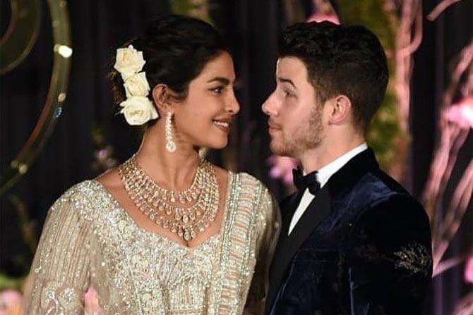 प्रियांकानं आपल्या लग्नसोहळ्यातील फोटोंचे हक्क एका मासिकाला विकले आहेत. नुकतेच हे फोटो समोर  आले आहेत.