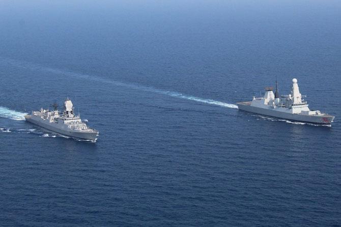 भारताची आयएनएस कोलकाता आणि ब्रिटीश नौदल म्हणजेच रॉयल नेव्हीमधील एचएमएस ड्रॅगन