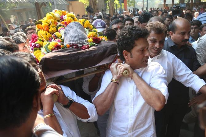 सचिनने स्वत: साश्रू नयनांनी आचरेकर सरांच्या पार्थिवाला खांदा दिला.