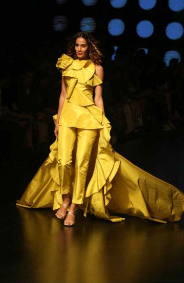 गौरी आणि नैनिकाने डिझाइन केलेले काही ड्रेस  (दिलीप कागडा)