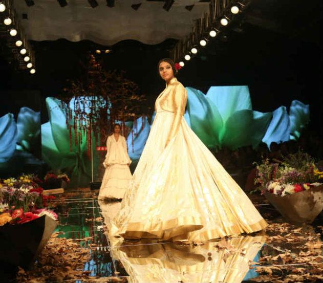 रोहित बाल यांनी डिझाइन केलेले काही ड्रेस  (दिलीप कागडा)