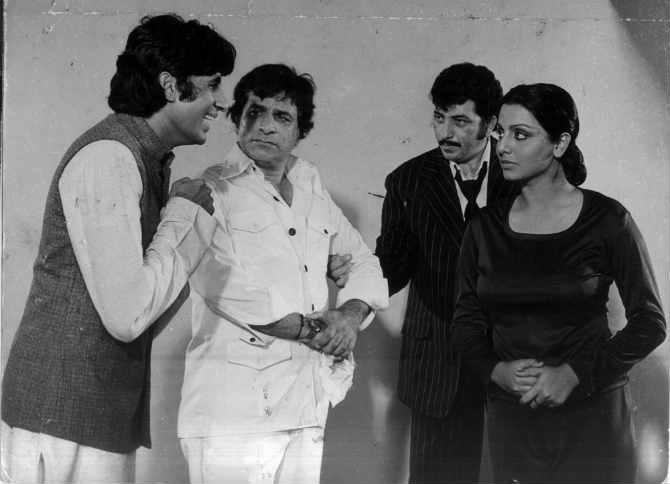कादर खान यांनी अमिताभ बच्चन यांच्या 'सत्ते पे सत्ता', 'नसीब', 'मुक्कदर का सिंकदर' अशा गाजलेल्या चित्रपटासाठी संवादलेखन केलं. या दोघांमध्ये घट्ट मैत्रीही होती मात्र एका प्रसंगानंतर या दोघांच्या मैत्रीत दुरावा आला.