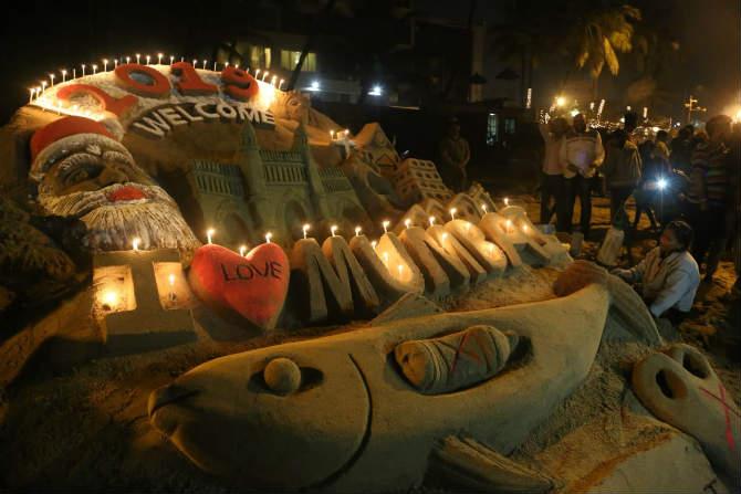 जुहू चौपाटीवर नववर्षाच्या स्वागतासाठी साकारलेले वाळू शिल्प (छायाचित्र: दिलीप कागडा)
