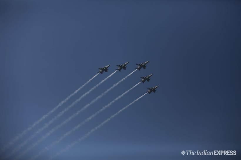 हवाई दलाच्या लढाऊ विमानांनी सादर केली थरारक प्रात्यक्षिकं