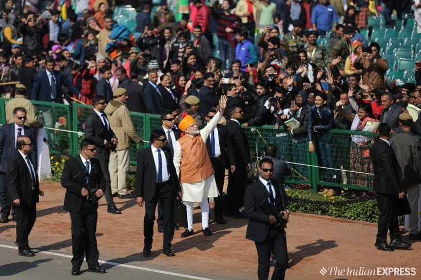 पंतप्रधान मोदींनी राजपथावर उतरत नागरिकांचे अभिनंद केले.