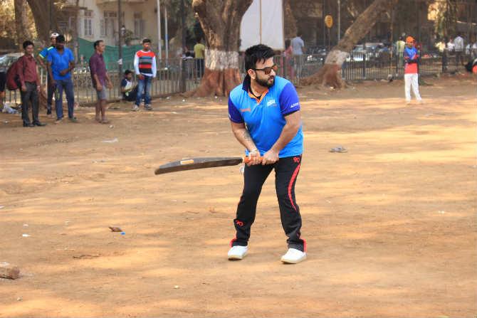 Photo : 'मी पण सचिन' म्हणत शिवाजी पार्कात रंगला सेलिब्रिटींचा क्रिकेट सामना