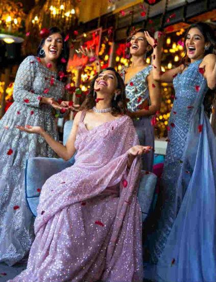 या चौघींनीही कल्की फॅशनचे कपडे परिधान केले आहेत. या साऱ्यांच्या ड्रेसवर उत्तम नक्षीकाम करण्यात आल्याचं दिसून येत आहे.
