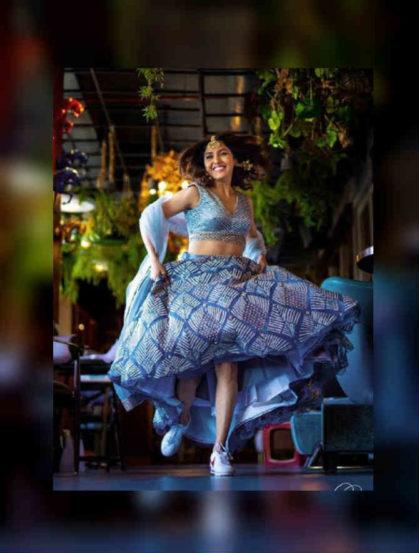 बॉलिवूडमधील प्रसिद्ध पार्श्वगायिका नीती मोहन लवकरच अभिनेता निहार पांड्यासोबत लग्नगाठ बांधणार आहे. त्यापूर्वी नितीने तिच्या तिन्ही बहिणींसोबत खास फोटोशूट केलं आहे.
