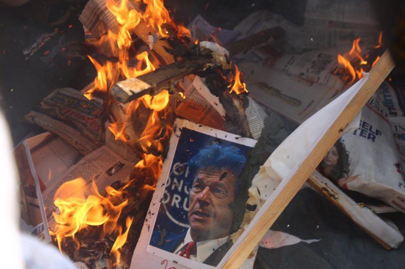 काही ठिकाणी संतप्त नागरिकांनी पाकिस्तानचे पंतप्रधान इम्रान खान यांचा फोटोही जाळला.