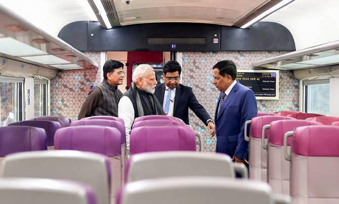 पंतप्रधान आणि रेल्वेमंत्री पियुष गोयल ट्रेनची पाहाणी करताना. भारतात निर्माण झालेल्या या ट्रेनविषयी पंतप्रधानांनी अभिमान व्यक्त केला. (पीटीआय)